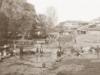 Μερική άποψη των Τρικάλων γύρω στα 1884. Στις όχθες του ποταμού Ληθαίου άνδρες μεταφέρουν νερό με τα ζώα τους ενώ γυναίκες πλένουν ρούχα