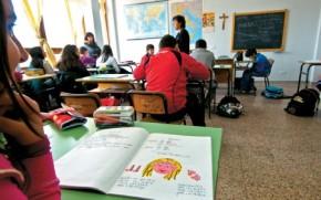 Η δασκάλα Ζωή Παπαδοπούλου διδάσκει τη Νέα Ελληνική γλώσσα σε παιδιά του Δημοτικού.