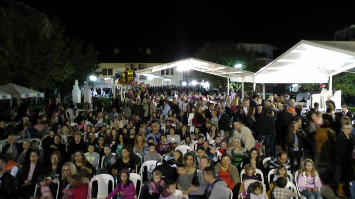 Η πλατεία ασφυκτικά γεμάτη